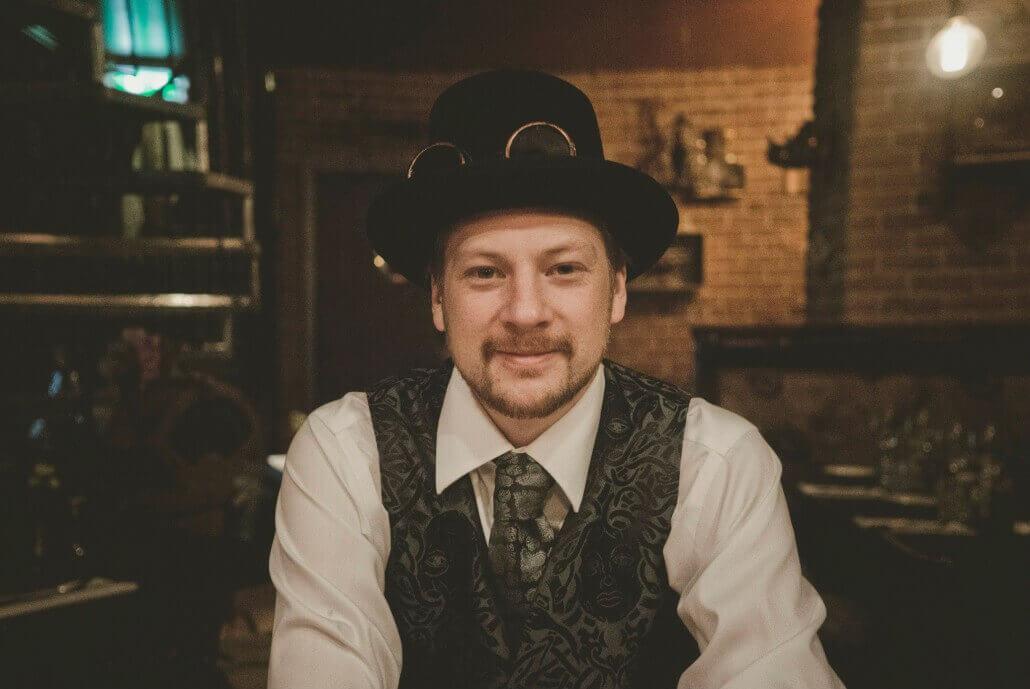 personal på steampunk bar