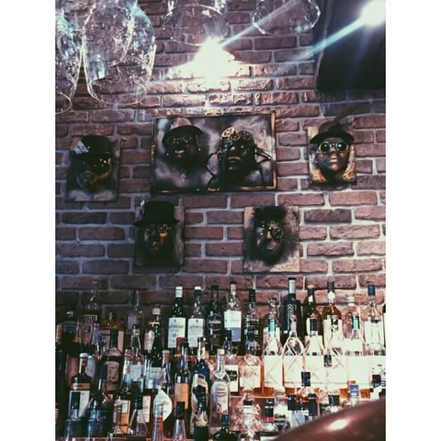 konst och dryck på en bar i göteborg